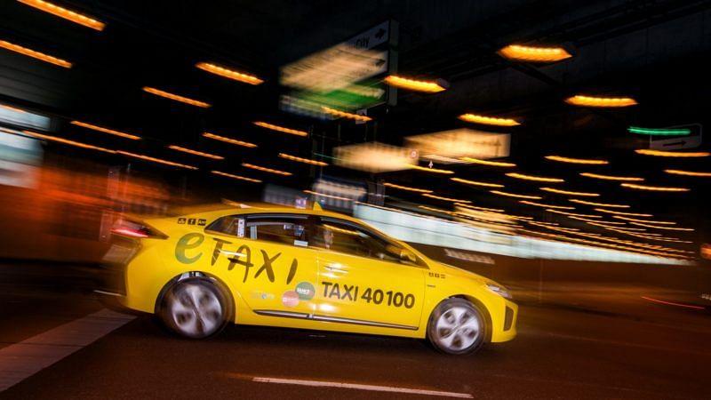 Nachts unterwegs mit Taxi 40100